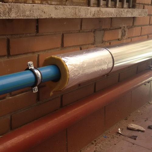 Aislamiento tuberías PPR con lana de vidrio y envolvente de chapa de aluminio