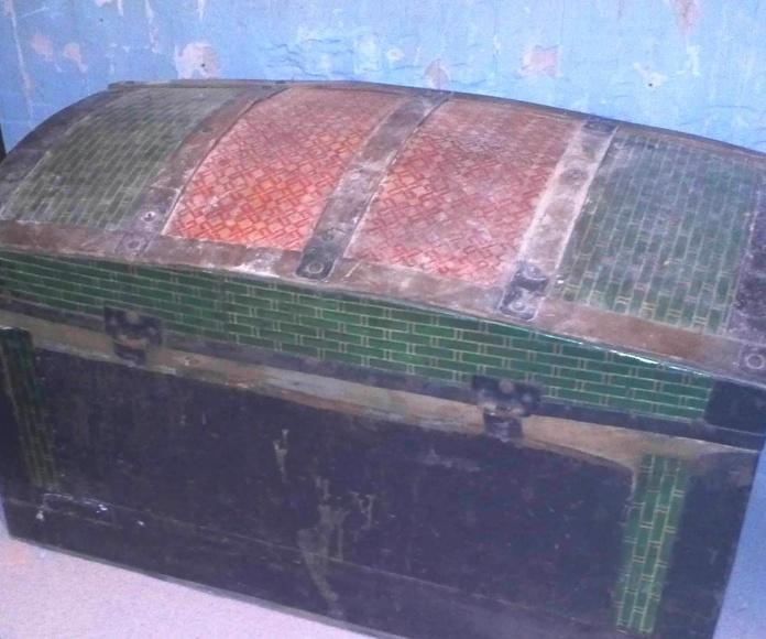 Baúl forrado de chapa metálica de colores