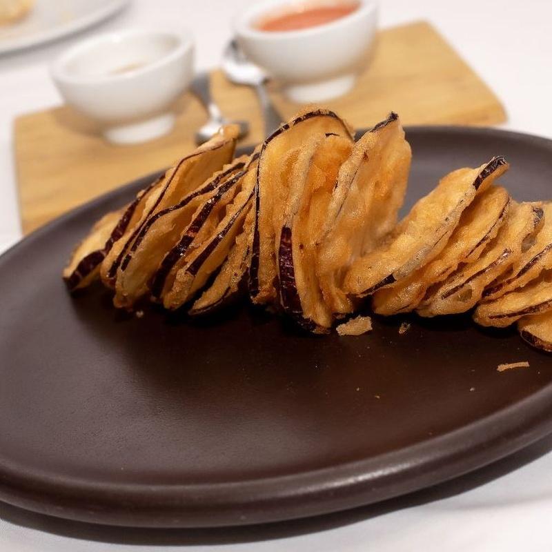 Chips de berenjena en tempura con salmorejo o miel