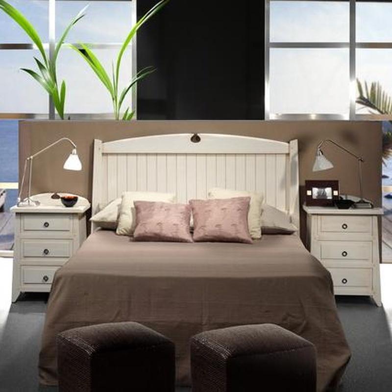 Dormitorio rustico en pino macizo lacado en blanco.