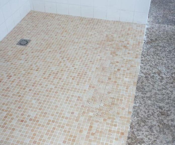 Colocación de pavimento en gressite en zona ducha. Reforma vivienda Tenerife