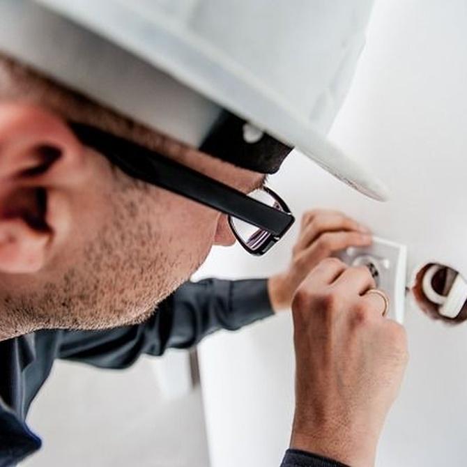 ¿Cómo detectar un problema eléctrico en casa?