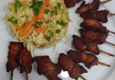 Finguer de pollo, papas y ensalada de col