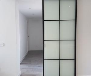 puerta corredera con cristal blanco mate