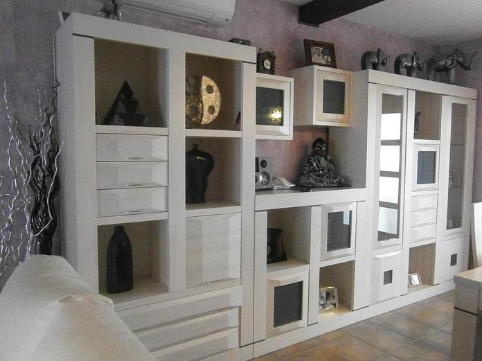 Mueble a medida , de salón , en madera maciza , barnizado en translucido crema