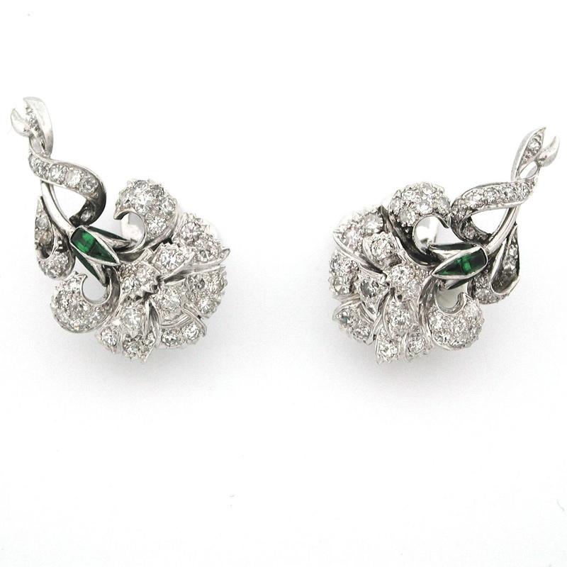 Pendientes de claveles de platino, diamantes y esmeraldas. A-9820.: Catálogo de Antigua Joyeros