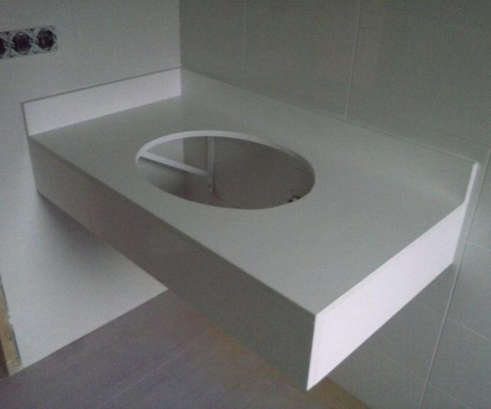 encimera de baño en silestone blanco zeus con faldon y copete.
