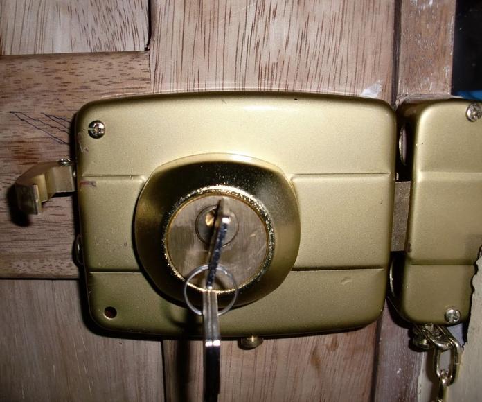 Cerrajeros Elche , Colocamos Cerraduras de Sobreponer