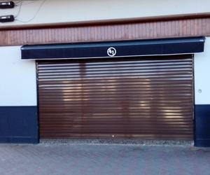puerta enrollable lacada en marrón