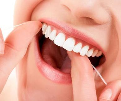 El hilo dental previene enfermedades del corazón.