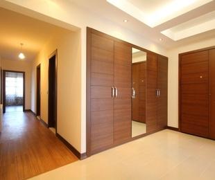Trucos para cuidar las puertas de madera de los armarios