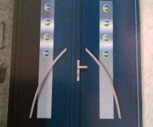 Puerta de P.V.C con marcos y detalles incorporados de inox.