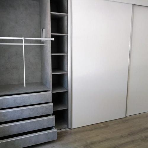 Puertas Dm lacadas en blanco y armario a juego con interior en tablero 19mm laminado hormigón Chicago gris