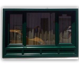 Ventana en PVC con faldón en color verde exterior y roble dorado en el interior