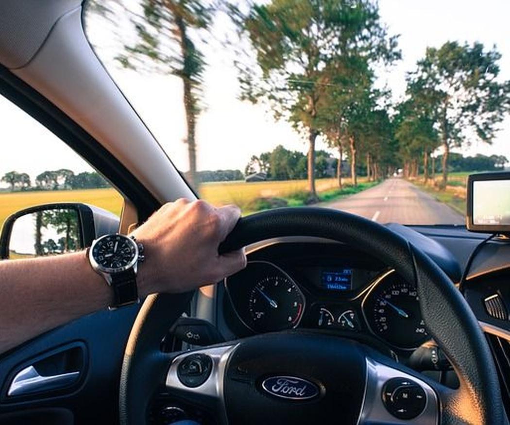 Dar clases de conducción por tu cuenta no es recomendable... ¡ni legal!