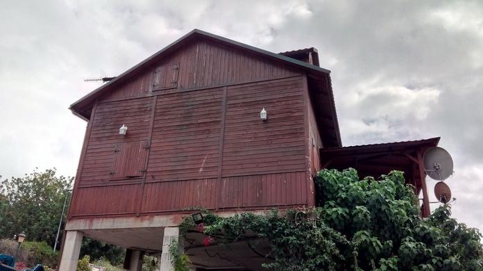 CASA DE MADERA RESTAURADA CON REVESTIMIENTO DE CORCHO PROYECTADO