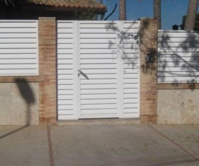 Vallado exterior fabricado con perfiles y lama de acero lacado en blanco.