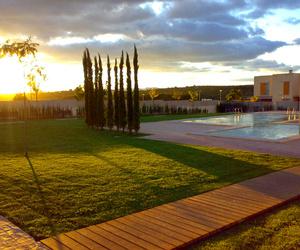 Diseño de jardín con piscina