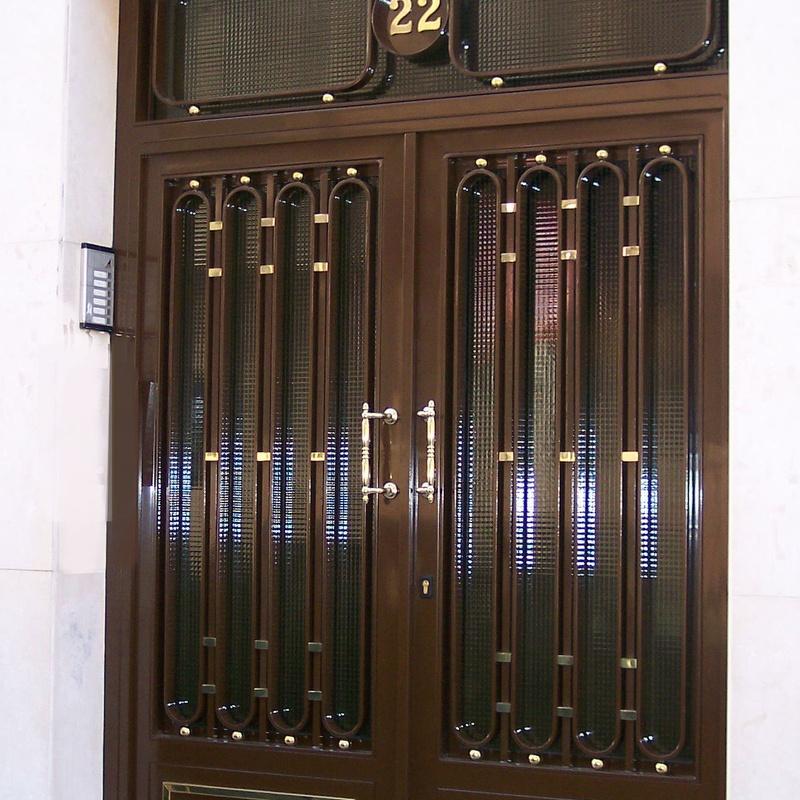 Puerta de portal con cristal armado
