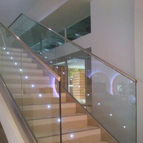 Barandilla de acero inoxidable y vidrio diseñada a medida y montada  en sucursal bancaria.