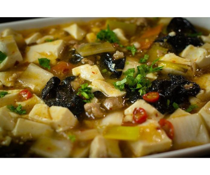 Tofu con verduras y salsa picante.