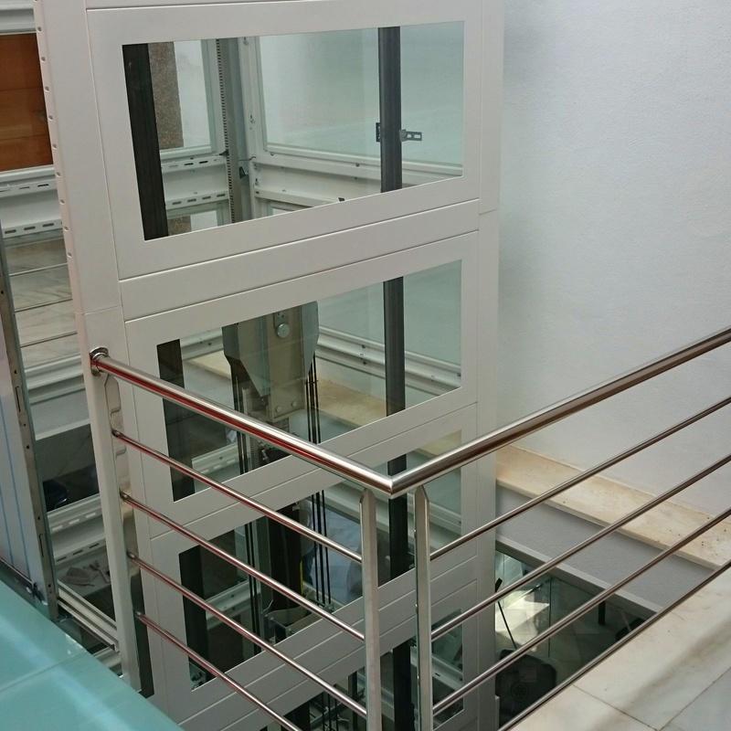 Barandilla de acero inoxidable diseñada en pasarela de acceso a ascensor para empresa privada.