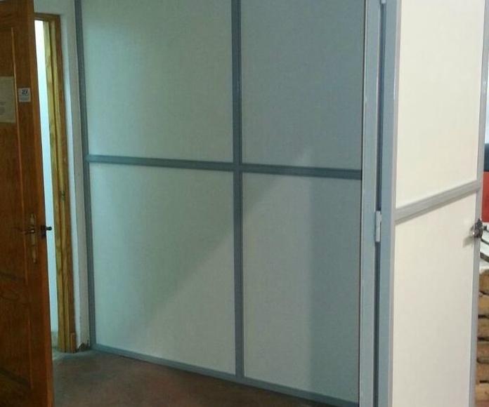 Cerramiento de habitación con panel galvanizado y lacado y estructura de tubo