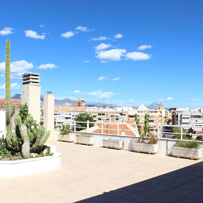 Terraza ajardinada: Nuestra Residencia de Residencia de Mayores El Pilar