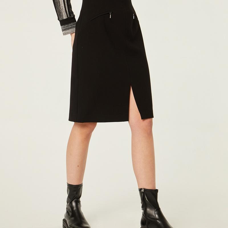 Falda negra con abertura: Catálogo de Manuela Lencería