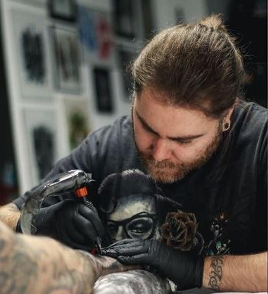 Miguel Correoso - Eme: Servicios de Vertikal Tattoo Studio