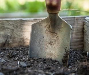 Plásticos y herramienta agrícola