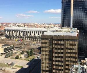 Montaje aire acondicionado en planta nº 22 con vistas al estadio Santiago Bernabéu.