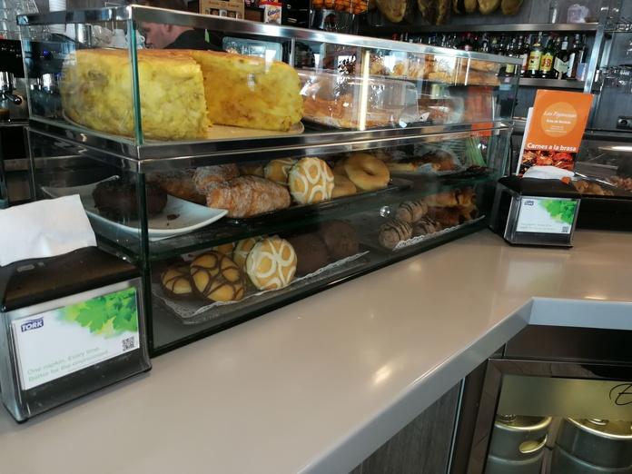 Vitrina para frescos de acero inoxidable y vidrio personalizada a medida para restaurante.