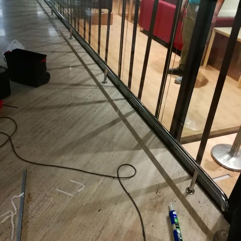 Paragolpes de acero inoxidable montado en escaparate de sala VIP del aeropuerto de Sevilla.