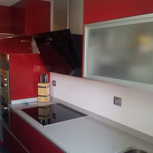 Cocina en Leganés Luxe Rojo encimera Compac