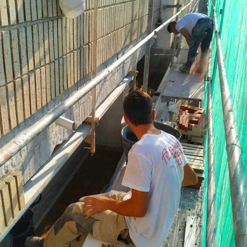 colocación de ladrillo caravista en frente de forjado de hormigón
