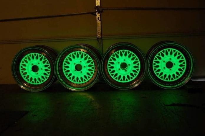 También disponible en tienda fotoluminiscente, se carga de luz al sol y en la oscuridad se ilumina.
