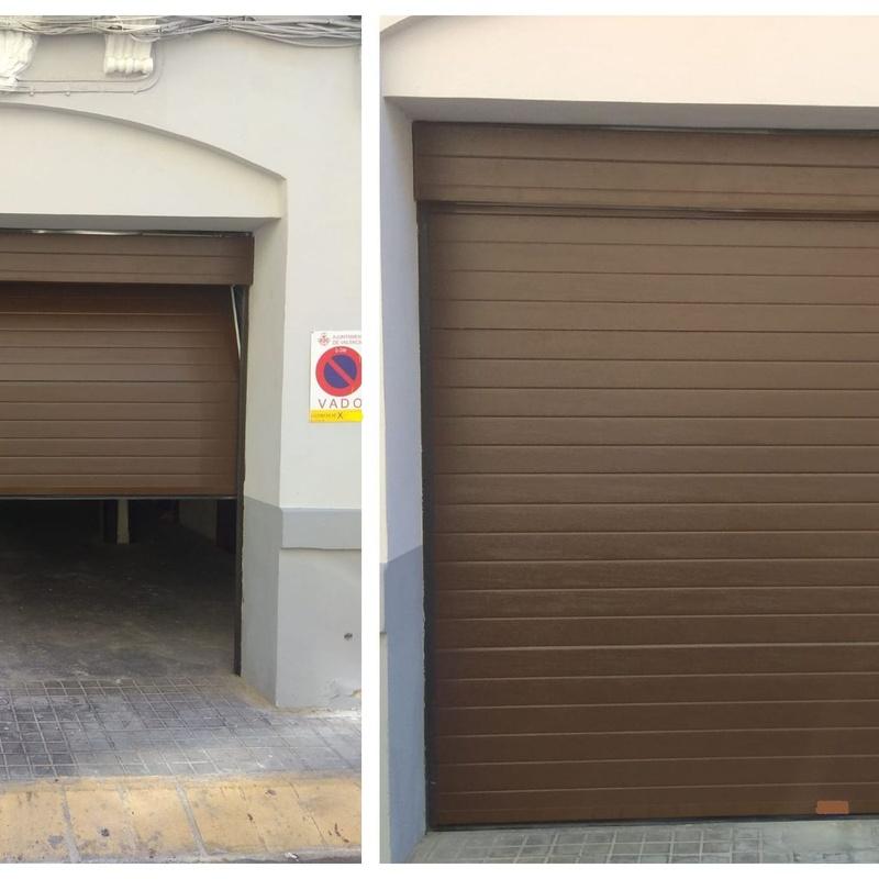 Puerta seccional automática  lacada marrón.