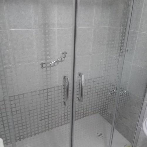 Instalación de ducha antideslizante en Gijón