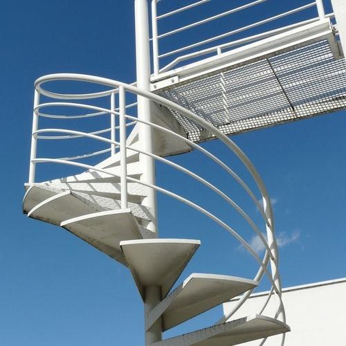 Fabricación y pintado de escaleras, barandillas y mobiliario urbano