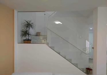 Barandilla de vidrio con sujeciones de acero inoxidable