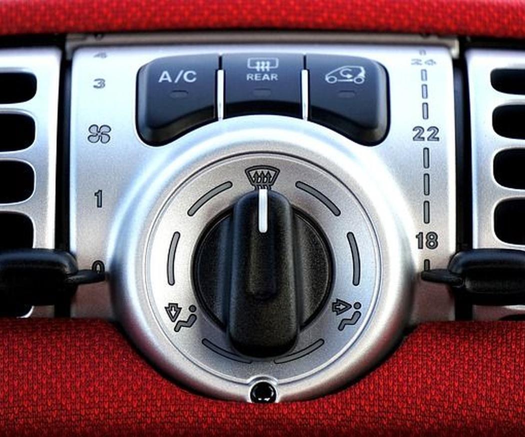 La importancia de recargar el aire acondicionado del coche