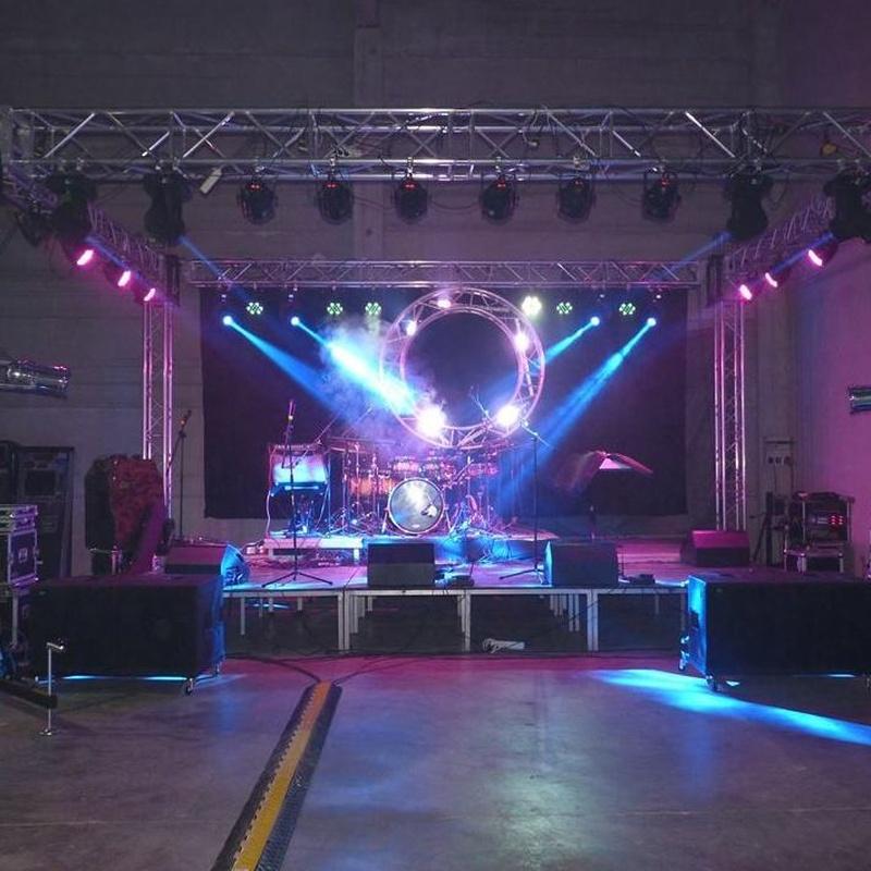 montaje escenario con iluminaciòn y sonido: Nuestros servicios de Jukeval Eventos