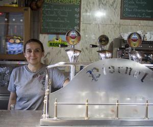La barra del restaurante con nuestra camarera