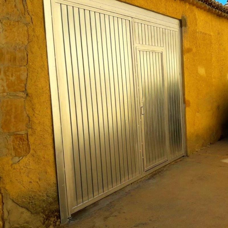 Puerta de garaje a medida en acero galvanizado en Zamora