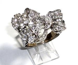 Sortija con lazada y flores realizada en platino con diamantes de diferentes tallas. Circa: 1930-1940. VENDIDA
