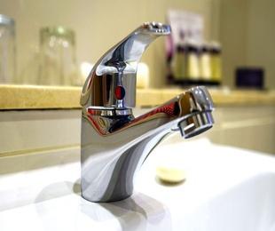 ¿Por qué todo el mundo instala grifos monomando en sus baños?