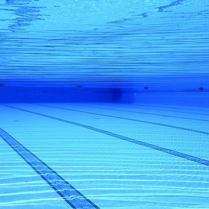 ¿Cuál es la función del cloro en las piscinas?