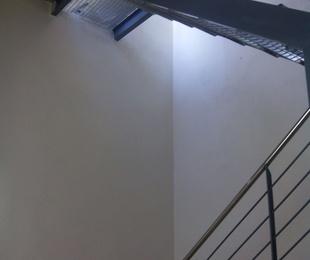 Escalera interior en casa de pueblo para acceder a terraza