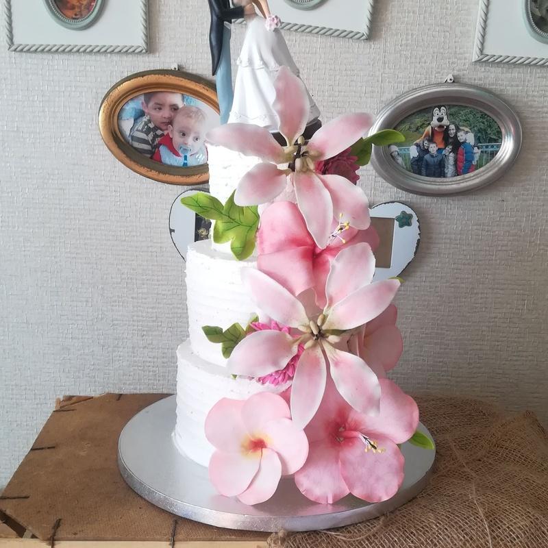 tarta de boda sencilla con flores